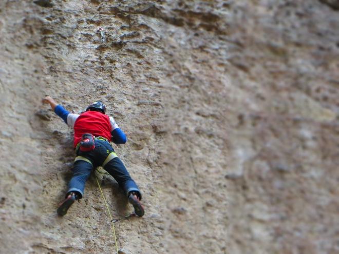 Eu escalando um sextinho equipado pela Nina Caprez. Muita pedra solta!