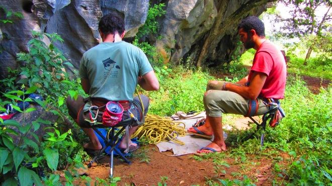 Primeiro dia, primeira via: Chifrinho! Detalhe para a calça do Raul. 1 semana de escalada em Arcos pode deixar sua calça de escalada nova igual a essa de 10 anos do Raul.