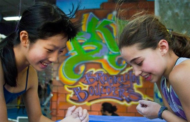 A Ashima e a Brooke juntas lendo o blog do Genja no celular... ;)