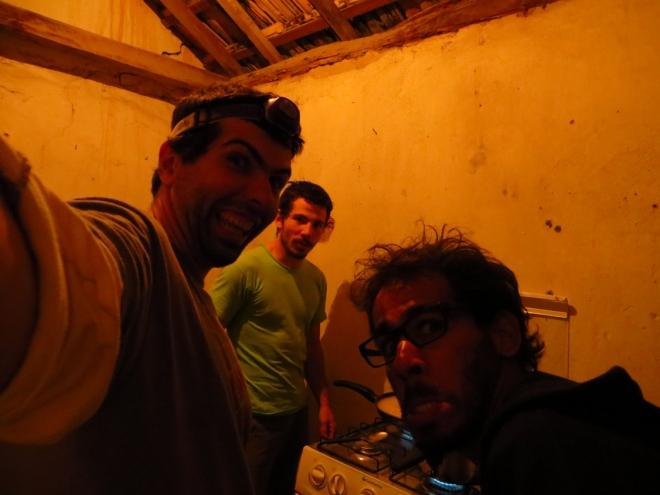 Eu, Beto e Felipe fazendo a janta