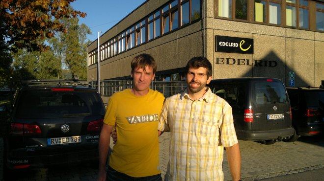 Carsten (o cara que junto com o Tonto abriu as primeiras vias no Cuscuzeiro!) e eu, na fábrica da Edelrid.