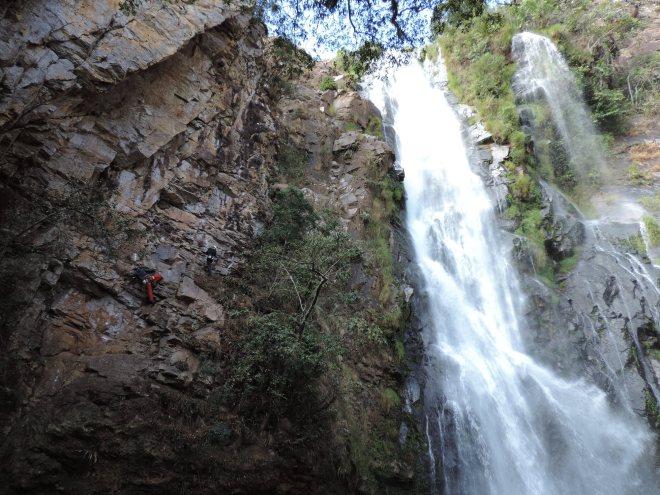 Escalada bem ao lado da cachoeira. No platô não venta como no começo da escalada, ainda bem!