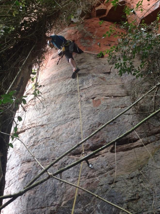Posições esdrúxulas para furar a próxima chapa. Cliffs nessa rocha nem pensar!
