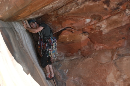 Guilherme já flertando com a fenda no grande teto, equipado para fazer um big wall de 900m ;)
