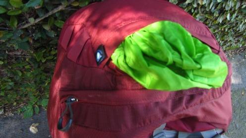 Compartimento para capa de mochila integrada no topo da cabeça.