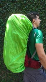 Capa de Chuva protege a mochila mesmo com Lotação máxima e coisas penduradas por fora.