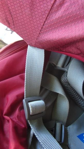 Essa fivelinha estabiliza a cabeça da mochila de sobremaneira, limitando seu movimento quando a mochila estiver mais vazia.