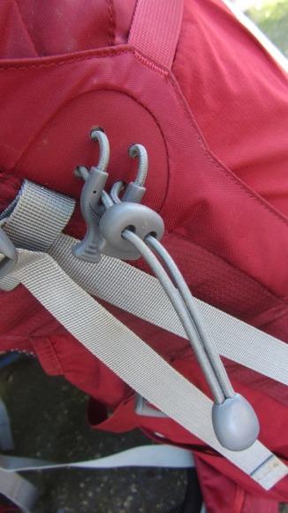 Suporte para bastões de caminhada ou piquetas de gelo para serem transportados do lado de fora da mochila.